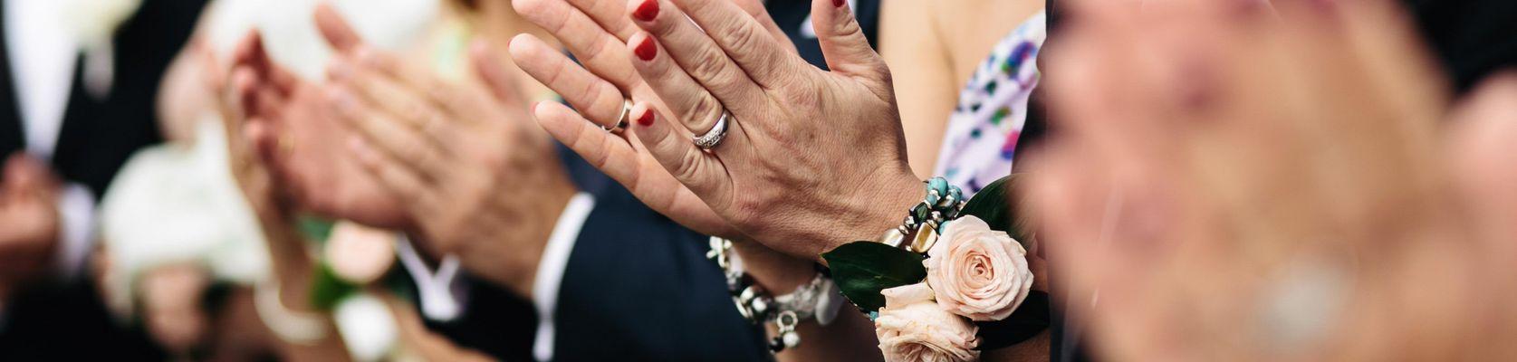 Personen auf der Hochzeit, Hochzeitsgäste, Hochzeitsgast, Trauzeugen, Trauzeugin, Brautjungfern, Eltern des Brautpaares, Brauteltern, Bräutigameltern