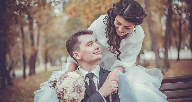 Brautpaar auf Bank Herbst