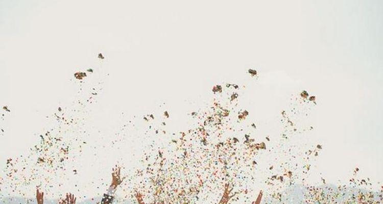 konfetti streuen auf der Hochzeit