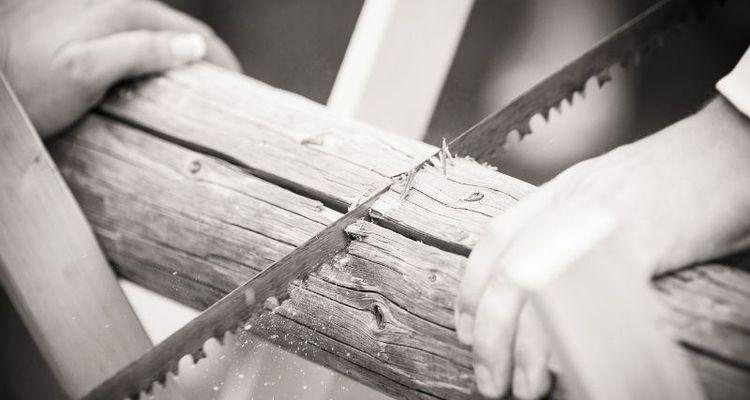Baumstamm sägen als Hochzeitsspiel auf der Hochzeit