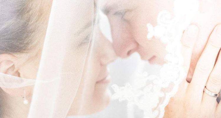 Brautpaar unter Schleier
