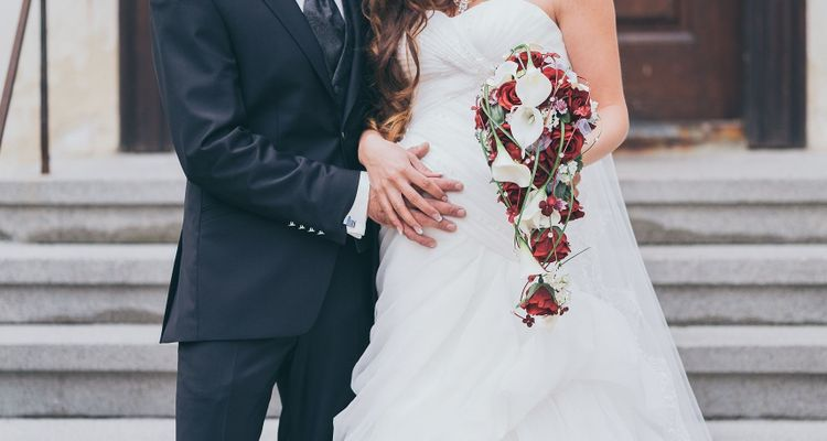 Schwanger heiraten - schwangere Braut und Bräutigam