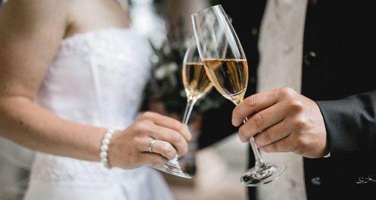 Sektempfang auf der Hochzeit - Brautpaar