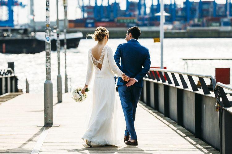 Zusammen die Brücke hinunter flanieren