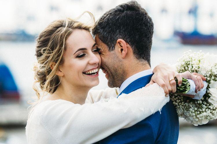 Lächelnde Braut beim entspannten Paarshooting