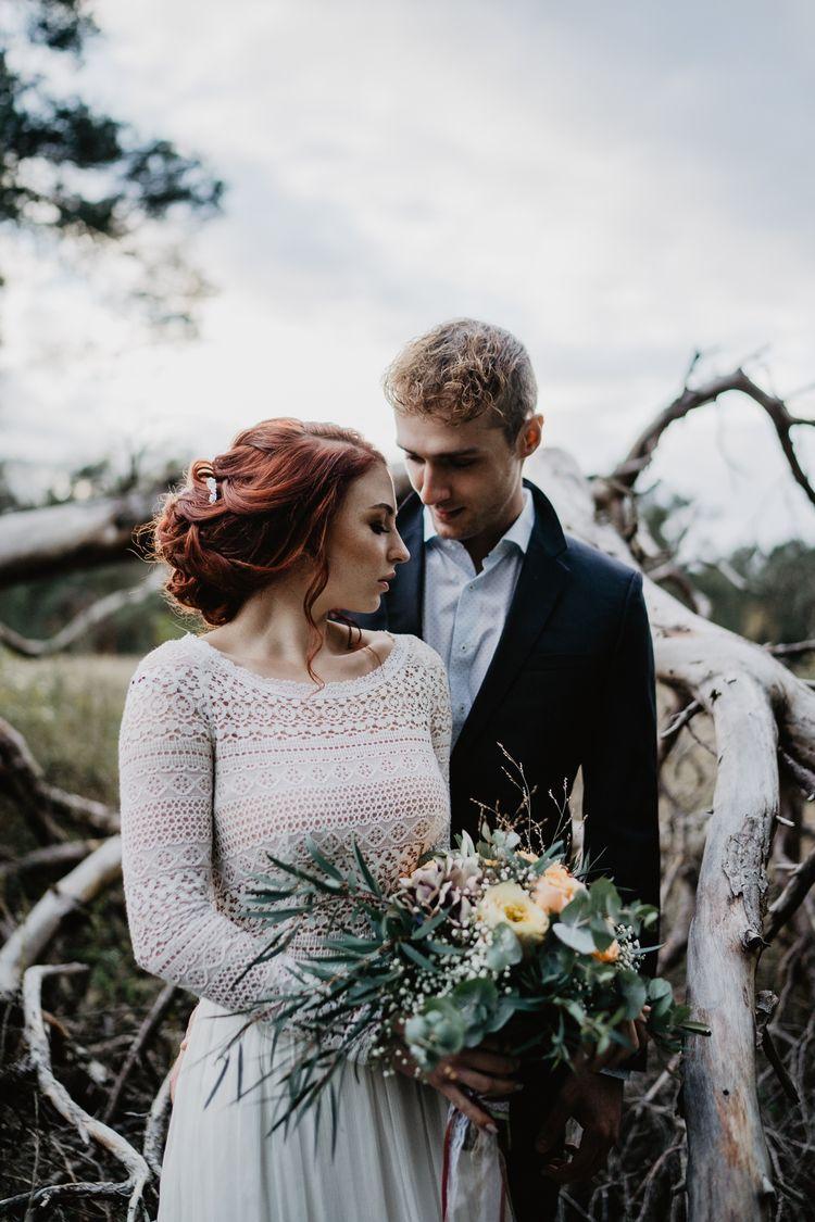 Boho-Brautpaar in der Natur