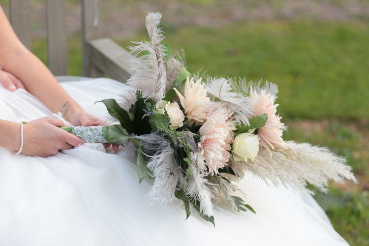 Brautstrauß mit apricot farbenen Blumen und Federn, Griff mit Spitze verziert