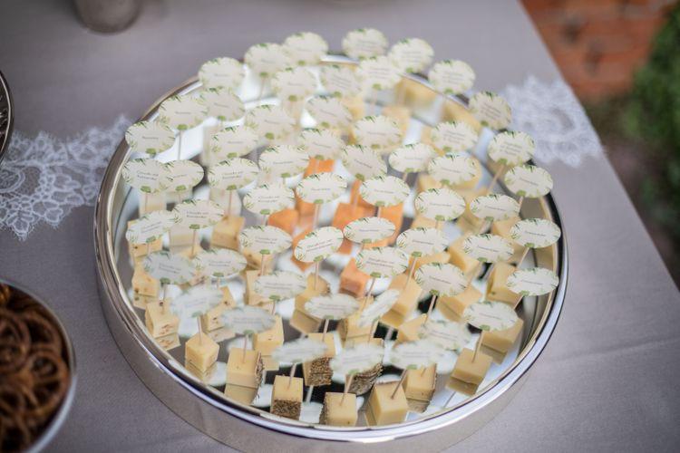 Käsebar mit Crackern und Brezeln und Brot