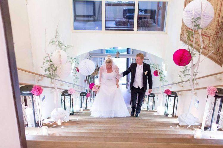 Brautpaar auf Treppe mit selber gebastelten Pompoms
